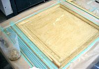 新しく作り変えられた枠の部分や装飾金物部分をマスキングテープで覆い隠します