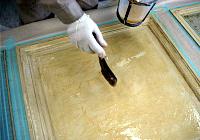 塗料をはがす部分に、刷毛を使ってまんべんなく塗り込みます。g
