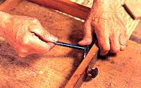 内側から打ってある釘をカジヤを使って、丁寧に抜いていきます。