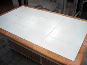 タイル張りテーブル天板と椅子5脚