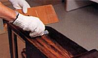 浮き上がってきた塗料をカッターで擦り剥がしていきます。